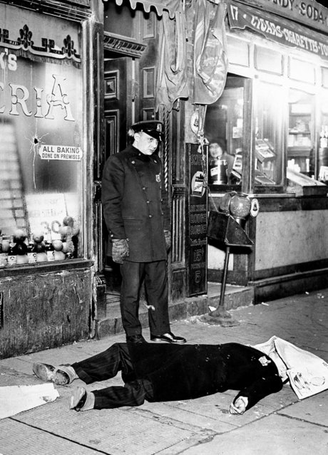 Body of John (Aces) Mazza lies in front of 17 First Ave. after dying in a gangster's duel on February 21, 1931. (Photo by NY Daily News Archive via Getty Images)