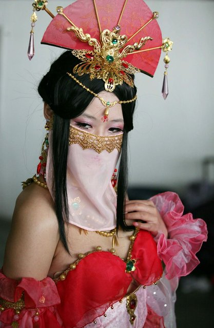 This picture taken on April 13, 2014 shows a cosplay fan posing for a photo during a cosplay and comic show in Nanjing, east China's Jiangsu province. Cosplay is a social phenomenon originating in Asia in which participants wear costumes representing a character or trend. (Photo by AFP Photo)