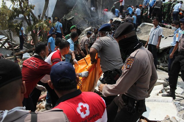 Indonesian rescue personnel retrieve human remains from the scene of an Indonesian military C-130 Hercules aircraft crash in Medan on June 30, 2015. (Photo by AFP Photo/ATAR)