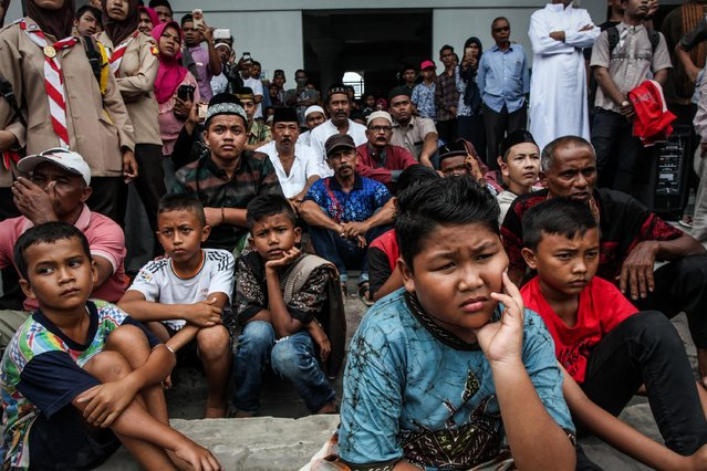 Public watching the Violators Of Sharia Law Being Punished in Pidie District on 14 July 2017, Aceh, Indonesia. (Photo by Oviyandi/Barcroft Images)