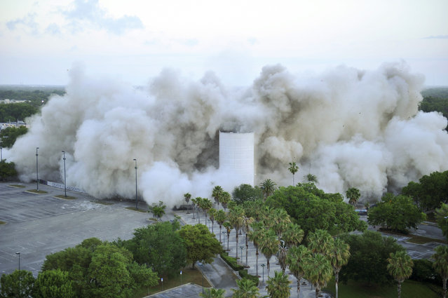 The Amway Arena implodes with a series of controlled explosions over 10 to 15 seconds starting 7:30 a.m. in Orlando, Florida March 25, 2012. (Photo by Octavian Cantilli/Reuters)