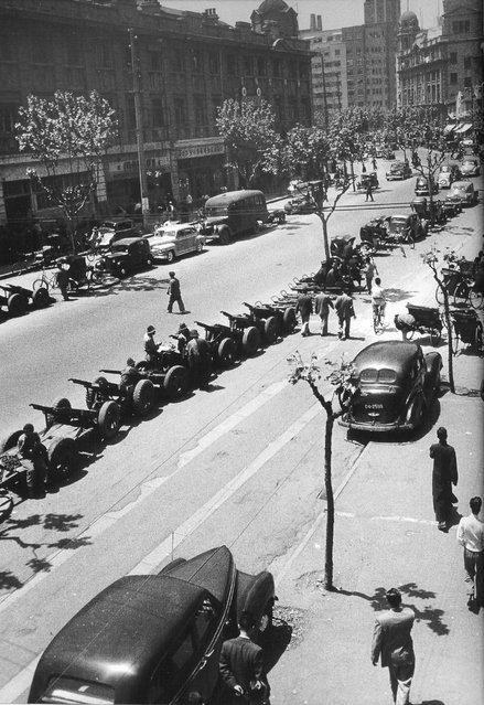 1949年5月,生意清淡的三轮车和塌车。 (In May 1949, business was light tricycle and the collapse of the car)