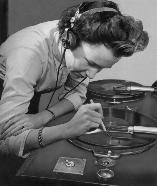 A member of the BBC Recorded Programs Department selects extracts from one of the speeches of American President Roosevelt, January 17, 1943. (Photo by AP Photo)
