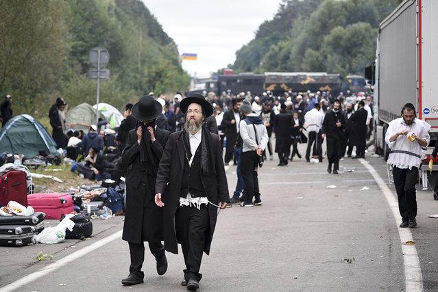 Jewish pilgrims gather on the Belarus-Ukraine border, in Belarus, Tuesday, September 15, 2020. (Photo by TUT.by via AP Photo)