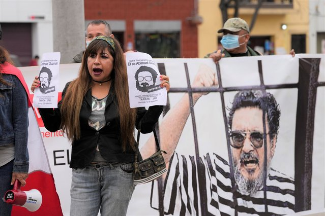People gather outside the anti-terrorism directorate to celebrate the death of Abimael Guzman, founder and leader of the Shining Path guerrilla movement, in Lima, Peru, Saturday, September 11, 2021. Guzman, who was captured in 1992, died on Saturday in a military hospital after an illness, the Peruvian government said. He was 86. (Photo by Martin Mejia/AP Photo)
