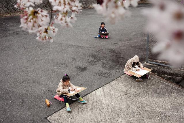 The students have art class outside. (Photo by Ko Sasaki/The Washington Post)