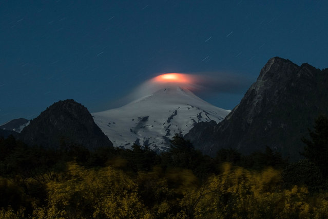 View of the Villarrica volcano taken from Pucon, some 800 kilometres south of Santiago, showing signs of activity on December 06, 2017. (Photo by Christian Miranda/AFP Photo)