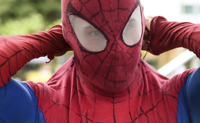 """Colombian Jahn Fredy Duque dresses as superhero """"Spiderman"""" to perform on the streets in Bogota, Colombia on April 24, 2017. (Photo by Raul Arboleda/AFP Photo)"""