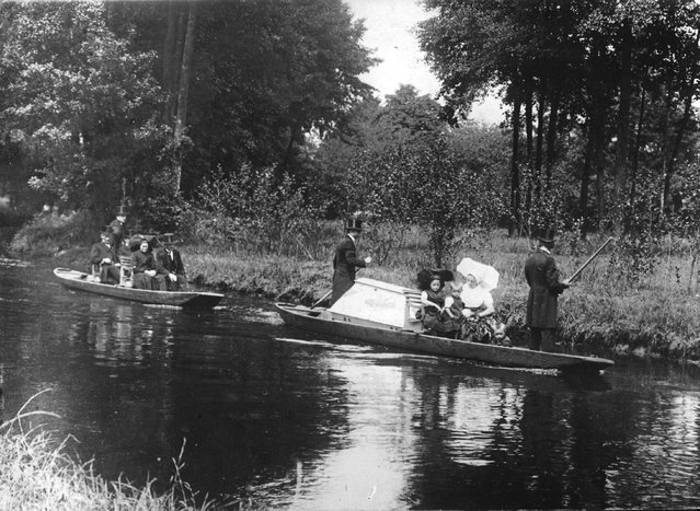 Mourners travelling by boat to the churchyard on the River Spree, Germany, circa 1925. (Photo by Hulton Archive/Getty Images)