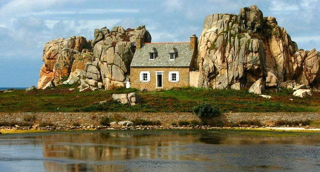 La Maison Du Gouffre Or The House Between The Rocks
