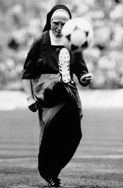 Catholic nun Sister Eadburga of the Franziskaner congregation in Kaiserlautern kicks the ball just prior to a soccer match between FC Bayern Munich and Vfl Bochum, at Munich's Olympic Stadium, June 17, 1989. (Photo by Uwe Lein/AP Photo)
