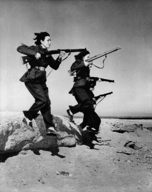 "Female members of Egypt's ""liberation battalions"" train in the desert near Cairo for guerrilla warfare against the British in the Suez Canal zone on November 20, 1951. (Photo by AP Photo)"