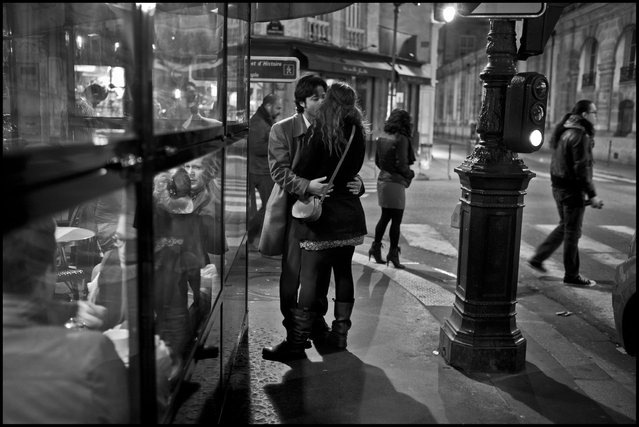 Paris-a green light for a kiss. Rue des Archives et Rue Rambuteau, Paris, IV. (Photo and comment by Peter Turnley)