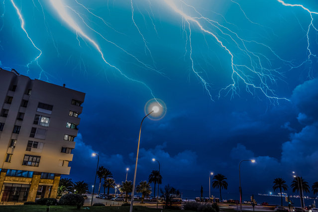 Lightning strikes during a storm over the promenade of Palma de Mallorca, Balearics, Spain, on November 4, 2017. Mallorca and Menorca were in yellow alert because of heavy rain and violent winds. (Photo by Cati Cladera/EPA/EFE)