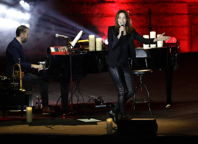 "French- Italian singer Carla Bruni performs her fifth album ""French Touch"", at the Beiteddine Palace in Lebanon' s Chouf moutains, south of the capital Beirut, during the Beiteddine International Art Festival on July 30, 2018. (Photo by Joseph Eid/AFP Photo)"