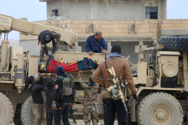 Iraqi security forces carry a dead man from clashes during a battle with Islamic State militants in Mosul, Iraq, November 30, 2016. (Photo by Alaa Al-Marjani/Reuters)