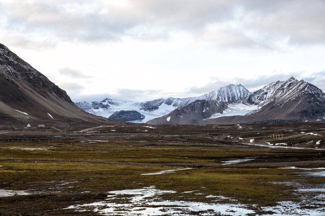 Snow covers Broggerdalen mountain near Ny-Alesund, Svalbard, Norway October 11, 2015. A Norwegian chain of islands just 1,200 km (750 miles) from the North Pole is trying to promote new technologies, tourism and scientific research in a shift from high-polluting coal mining that has been a backbone of the remote economy for decades. Norway suspended most coal mining on the Svalbard archipelago last year because of the high costs, and is looking for alternative jobs for about 2,200 inhabitants on islands where polar bears roam. (Photo by Anna Filipova/Reuters)