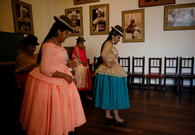 Cholitas (Andean women) practice during a session of Rosario Aguilar fashion model school in La Paz, Bolivia, February 23, 2019. (Photo by David Mercado/Reuters)