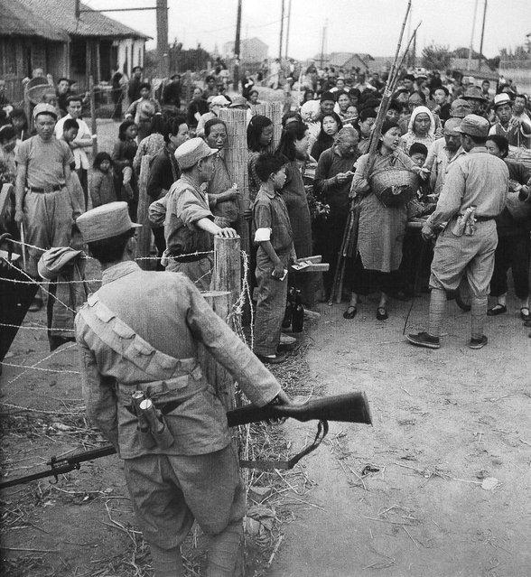 1949年5月,国军士兵禁止农民进城卖菜。 (In May 1949, the national army soldiers ban on farmers into selling vegetables)