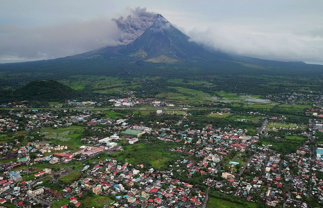 A view of rumbling Mayon Volcano as it spew ash in Legaspi city, Albay province, Philippines, 16 January 2018. The Philippines on 15 January raised the alert level due to the possibility of a hazardous eruption of the Mayon volcano, in the east of the country, after it spewed clouds of ashes over the weekend, leading to an evacuation of more than a thousand people. (Photo by Zalrian Sayat/EPA/EFE)