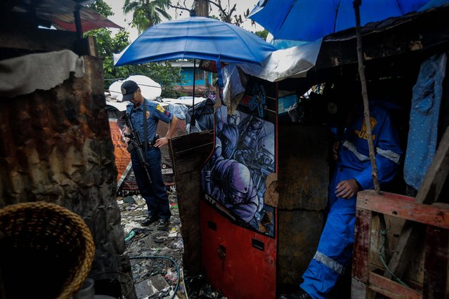 Police officers investigate a scene during an operation against illegal drugs in Payatas, Quezon City, north of Manila, Philippines, 05 October 2016. According to reports, two were killed, including a former police officer, and around 100 persons arrested during a buy bust operation by the police, one day after Philippine President Rodrigo Duterte lashed out in response to EU and US criticism of the anti-drug campaign launched by his government. Since Duterte took office on June 30, more than 3,500 people have been killed in military operations and extrajudicial executions carried out as part of the anti-drug campaign. (Photo by Mark R. Cristino/EPA)