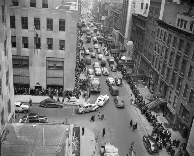 An estimated 4000 people line both sides of 51st St. waiting to see the Christmas show at Radio City Music Hall in New York, December 27, 1945. (Photo by Tony Camerano/AP Photo)
