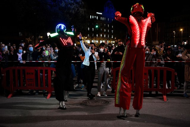 Performers dance during a protest called by nightclub guilds in support of the reopening of nightlife spots in Barcelona on November 21, 2020. Bars, restaurants and movie theatres will reopen next week in Catalonia, after being closed for over a month as part of measures to slow coronavirus infections, the regional government said, maintaining some restrictions including a night-time curfew as well as the limits on movements of people into and out of the region. (Photo by Pau Barrena/AFP Photo)