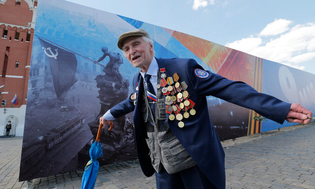 A Russian WWII veteran poses after the Victory Day military parade in Red Square in Moscow, Russia, 09 May 2016. Russia celebrates the 71st anniversary of the victory over nazi Germany in World War II on 09 May 2016. (Photo by Yuri Kochetkov/EPA)