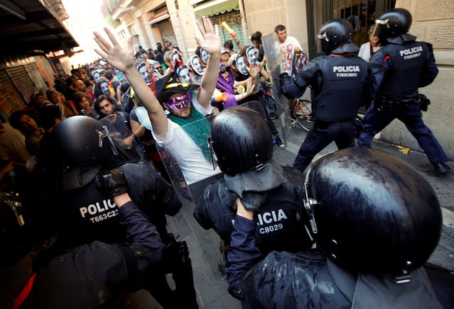 """Protesters face off with Catalan regional police during a protest over the eviction of squatters earlier in the week from """"The Expropriated Bank"""", in Barcelona, Spain, May 29, 2016. (Photo by Albert Gea/Reuters)"""