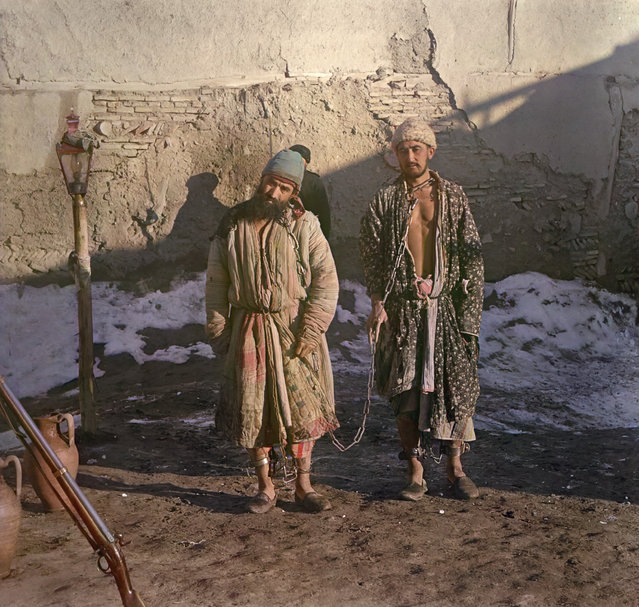 Photos by Sergey Prokudin-Gorsky. Chained prisoners. Russia, Emirate of Bukhara, Bukhara area, 1907