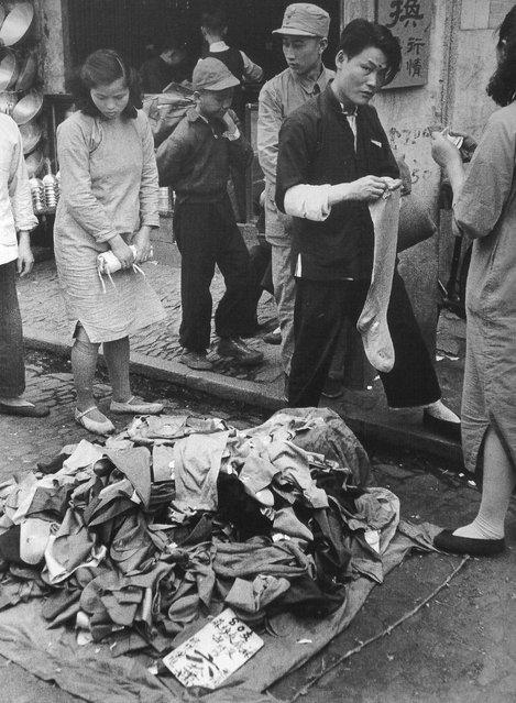 1949年5月,小贩贱卖。 (In May 1949, hawkers offering)