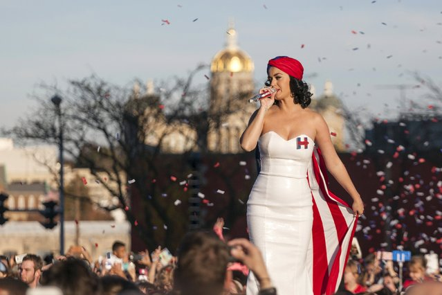 Katy Perry performs for supporters of U.S. Democratic presidential candidate Hillary Clinton at a rally before the Jefferson-Jackson Dinner in Des Moines, Iowa October 24, 2015. (Photo by Brian Frank/Reuters)