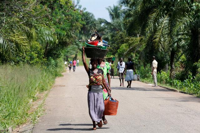 An internally displaced Congolese woman carries her belongings as she walks to the market in Kaniki-Kapangu village near Mwene Ditu in Kasai Oriental Province in the Democratic Republic of Congo, March 15, 2018. (Photo by Thomas Mukoya/Reuters)