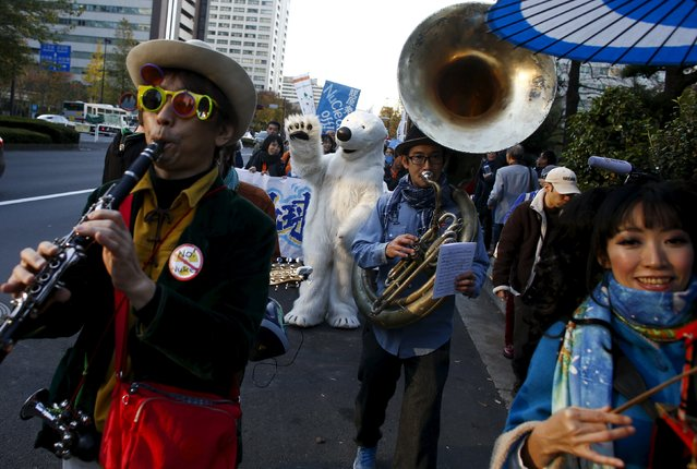 Musicians play at a rally organised by environment protection groups ahead of the 2015 Paris Climate Conference, known as the COP21 summit, in Tokyo, November 28, 2015. (Photo by Thomas Peter/Reuters)