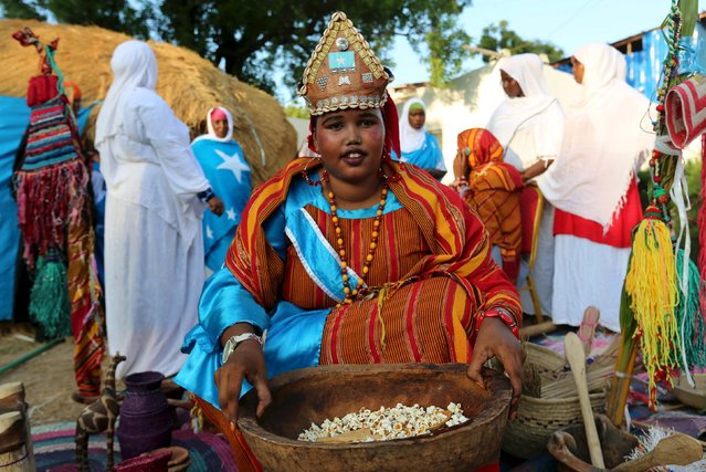 A Somali woman shows traditional items and food during an event to showcase traditional Somali culture in Hamarweyne district in the capital Mogadishu, December 3, 2015. (Photo by Feisal Omar/Reuters)