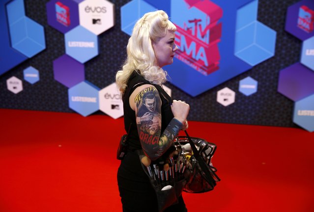 An unidentified make-up artist arrives at the 2016 MTV Europe Music Awards at the Ahoy Arena in Rotterdam, Netherlands, November 6, 2016. (Photo by Michael Kooren/Reuters)
