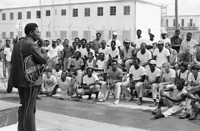 A group of prisoners at the Dade County stockade listen to B.B. King (left) as entertained them outside their cells, September 23, 1971 in Miami, Fla. King said he first sang to prisoners at the Cook County jail in Chicago and plans about a dozen more such performances. (Photo by AP Photo)