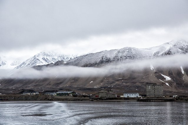 Low clouds are seen in the Kings Bay of Ny-Alesund, Svalbard, Norway, October 12, 2015. (Photo by Anna Filipova/Reuters)