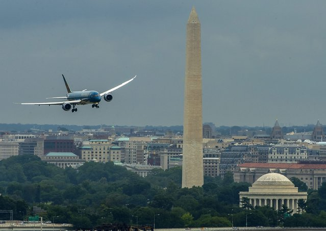 A handout image dated 06 July 2015 and made available 07 July 2015, showing the first Boeing 787 Dreamliner for Vietnam Airlines flying near the Washington Monument prior to landing at Ronald Reagan Washington National Airport during ceremonies marking the delivery of the plane to Vietnam Airlines. The plane will delivered to Vietnam Airlines later in July. In total, Boeing will deliver 19 Dreamliners to Vietnam Airlines. (Photo by EPA/Boeing)