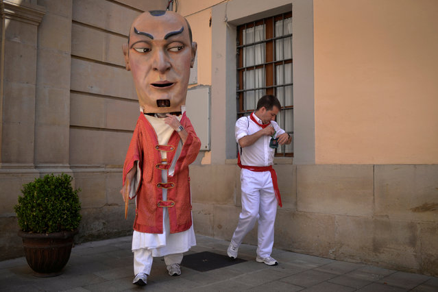"""A """"Kiliki"""", a Big Head, finishes dressing, at the San Fermin festival in Pamplona, northern Spain July 8, 2016. (Photo by Vincent West/Reuters)"""