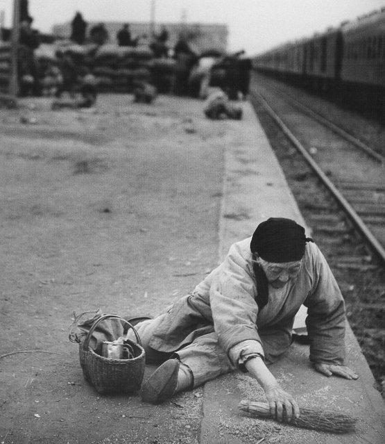 1948年11月,浦口,一老妇在站台上检碎谷。 (November 1948, Pukou, an old woman on the platform, seized broken valley)