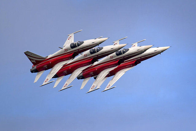 "Fighter jets of the ""Patrouille Suisse"" (Swiss patrol) perform on August 30, 2014 during the first day of AIR14 airshow in Payerne, western Switzerland. The airshow commemorates over two weekends the 100th anniversary of the Swiss Air Forces. (Photo by Fabrice Coffrini/AFP Photo)"