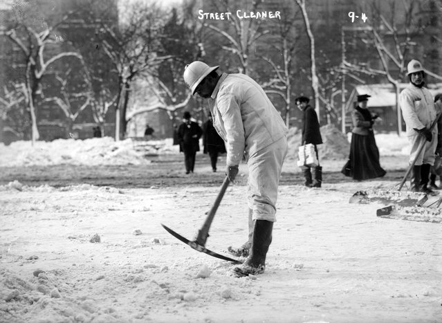 Cleaning snow from streets. New York, January1908. (Photo by George Grantham Bain)