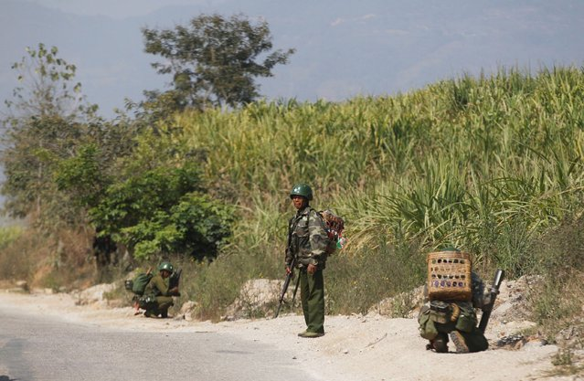 Myanmar army soldiers take positions near Laukkai  February 17, 2015. (Photo by Soe Zeya Tun/Reuters)