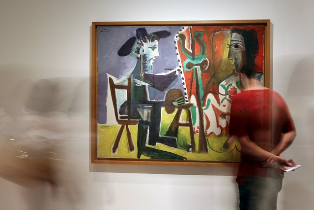 """People stand in front of the painting """"The Painter and His Model"""" from 1963 by Spanish artist Pablo Picasso at the exhibition """"Picasso and the Spanish Modernity"""" at Centro Cultural Banco do Brazil in Sao Paulo March 25, 2015. The exhibition is open to the public from March 25 to June 8. (Photo by Paulo Whitaker/Reuters)"""