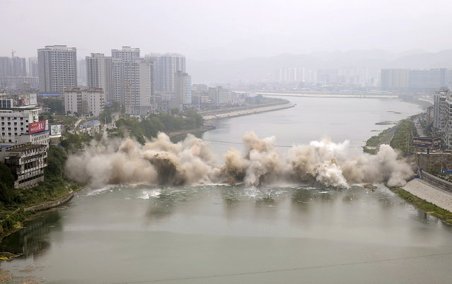 The Lishui bridge is seen during a controlled demolition in Zhangjiajie, Hunan province, China, September 9, 2015. (Photo by Reuters/China Daily)
