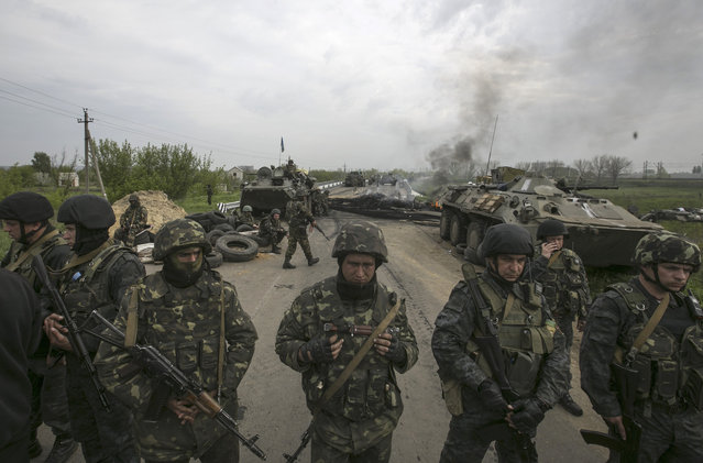 Ukrainian soldiers stand guard at a Ukrainian checkpoint near the eastern town of Slaviansk May 2, 2014. (Photo by Baz Ratner/Reuters)