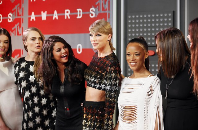 Recording artist Taylor Swift (C) arrives with friends including, from left, actress Hailee Steinfeld, model Cara Delevingne, recording artists Selena Gomez, actress Serayah McNeill and model Lily Aldridge at the 2015 MTV Video Music Awards in Los Angeles, California, August 30, 2015. (Photo by Danny Moloshok/Reuters)