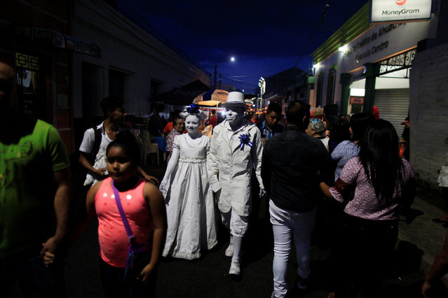 Performers walk along the street during the Lantern Festival celebrating the eve of the nativity of the Virgin Mary in Ahuchapan, El Salvador September 7, 2016. (Photo by Jose Cabezas/Reuters)