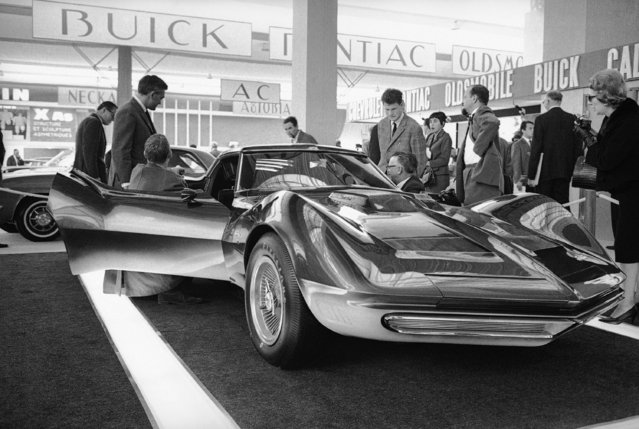 At the Paris Auto Show opening this Chevrolet experimental prototype attracts visitors, October 7, 1965 in Paris. The body is made of glass fiber. (Photo by Michel Lipchitz/AP Photo)